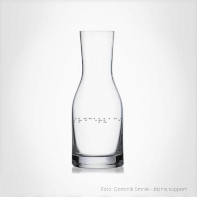 Karafa na bílé víno s Braillovým písmem