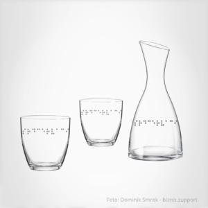 Karafa se skleničkami s Braillovým písmem